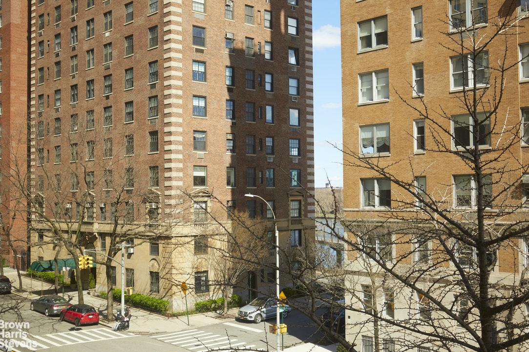 10 East End Avenue 4M, Upper East Side, NYC, $999,000, Web #: 19545643